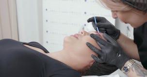 Tiro dinámico del PDA de un procedimiento cosmetological en un salón de belleza almacen de metraje de vídeo