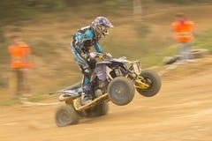 Tiro dinâmico do cavaleiro no salto do quadrilátero Foto de Stock Royalty Free