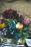 Tiro disegnato corona rossa del fiore fotografia stock