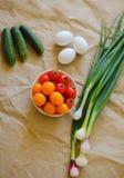 Tiro do alimento vegetais sazonais saborosos no papel do ofício fotografia de stock royalty free