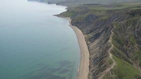 Tiro do ar Seascape sereno O mar azul pacífico funde com o céu no horizonte vídeos de arquivo