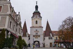 Tiro do baixo ângulo da arquitetura em Krems um der Donau imagem de stock
