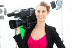 Tiro do Camerawoman com a câmera no grupo do filme fotos de stock royalty free