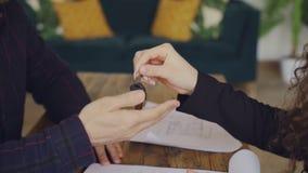 Tiro do close-up do acordo de assinatura da compra e da venda da mão masculina e de tomar chaves da casa do corretor de imóveis q filme