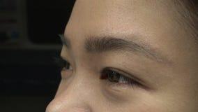 Tiro do close up do curso asiático do olho da menina no metro 4K video estoque