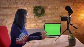 Tiro do close up da fluência video fêmea do blogger do moderno atrativo novo viva ao falar na câmera e video estoque