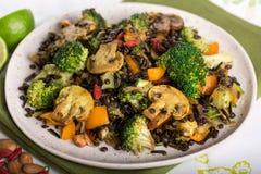 Tiro do close up da mistura saudável do vegetariano de arroz selvagem e de Len dos brócolis Fotos de Stock Royalty Free