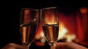Tiro do close up de duas mãos dos pares nos vidros do tinido do amor completos do champanhe que refrigera em uma atmosfera romant filme