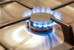 Tiro do close up do queimador de gás na superfície do fogão Foto de Stock