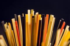 tiro do close-up dos espaguetes crus coloridos fotografia de stock royalty free
