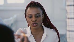 Tiro do close-up, mulher afro-americano profissional de sorriso feliz nova do gerente que escuta o chefe fêmea no encontro vídeos de arquivo