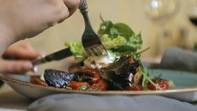 Tiro do close-up: salada vegetal morna deliciosa com galinha video estoque