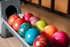 tiro do close-up do suporte com as bolas de boliches coloridas no clube Fotografia de Stock Royalty Free