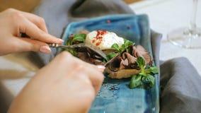 Tiro do close-up: um sanduíche delicioso com as folhas da carne, do ovo escalfado e da alface, bruschetta video estoque