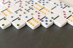 Tiro do efeito de dominó Olhe para baixo para o jogo do dominó no fundo preto Dominós que caem em seguido na parte dianteira Jogo fotos de stock