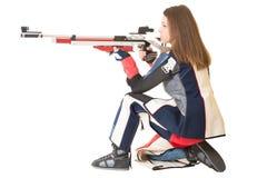 Tiro do esporte do treinamento da mulher com a arma do rifle de ar Imagem de Stock Royalty Free