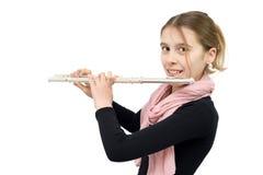 Tiro do estúdio da menina de sorriso que joga a flauta isolada no branco Fotografia de Stock