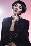 Mulher 'sexy' da forma no vestido preto da guipura. Composição profissional Fotos de Stock Royalty Free