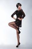 Mulher 'sexy' da forma no vestido preto da guipura. Composição profissional Fotografia de Stock