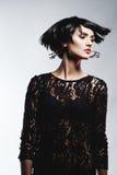 Mulher 'sexy' da forma no vestido preto da guipura. Composição profissional Foto de Stock