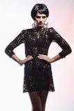 Mulher 'sexy' da forma no vestido preto da guipura. Composição profissional Imagem de Stock