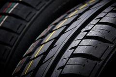 Tiro do estúdio de um grupo de pneus de carro do verão no fundo preto Iluminação Contrasty Fotos de Stock