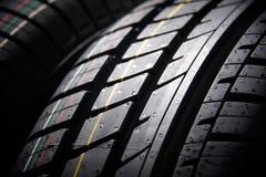 Tiro do estúdio de um grupo de pneus de carro do verão no fundo preto Iluminação Contrasty Fotos de Stock Royalty Free