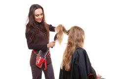 Tiro do estúdio do cabeleireiro que faz seu trabalho Fotografia de Stock