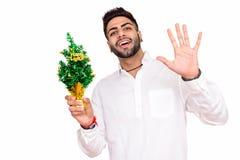 Tiro do estúdio do homem indiano feliz novo que olha surpreendido quando ho fotos de stock royalty free