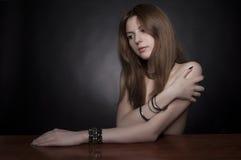 Tiro do estúdio Retrato do modelo elegante com Fotografia de Stock Royalty Free