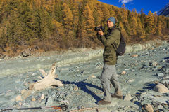Tiro do fotógrafo nas montanhas Fotografia de Stock Royalty Free