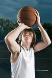 Tiro do jogador de Streetball Fotografia de Stock Royalty Free