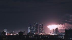 Tiro do lapso de tempo de Moscou na noite durante fogos de artifício Panorama do centro de neg?cios da cidade de Moscou filme