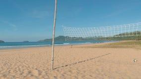 Tiro do movimento lento da bandeja sobre a rede do voleibol na praia tropical no dia ensolarado Céu azul da American National St vídeos de arquivo