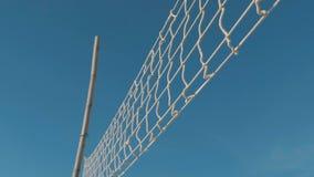 Tiro do movimento lento da bandeja sobre a rede do voleibol na praia tropical no dia ensolarado Céu azul da American National St video estoque