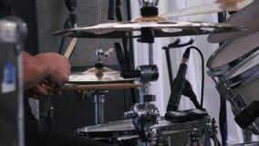 Tiro do movimento lento de um músico que executa em cilindros no festival vídeos de arquivo