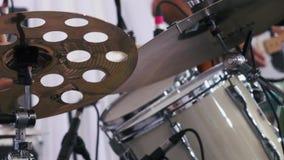 Tiro do movimento lento de um músico que executa em cilindros no festival video estoque
