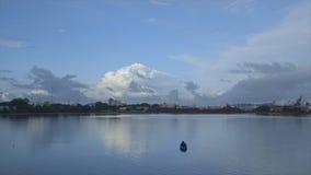Tiro do movimento rápido do pôr do sol nebuloso, porto de Conakry video estoque