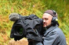 Tiro do operador da câmera no evento do lugar Fotos de Stock Royalty Free