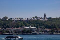 Tiro do palácio de Topkapi sobre o mar imagens de stock royalty free