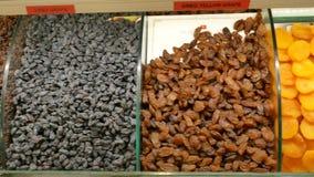 Tiro do panorama de frutos secados no mercado local video estoque