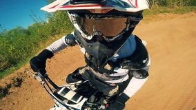 Tiro do POV do cavaleiro do motocross que vai fora salto vídeos de arquivo