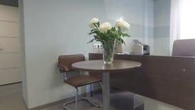 tiro do steadicam Interior moderno do escritório Secretário Desk vídeos de arquivo