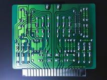 Tiro do verso de uma placa de circuito verde do computador no fundo preto fotos de stock royalty free