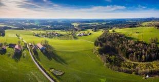 Tiro do zangão, Alpen Baviera perto do panorama mau de Tölz fotos de stock royalty free