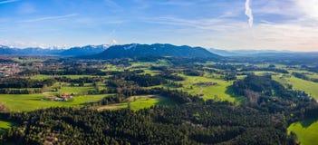 Tiro do zangão, Alpen Baviera perto do panorama mau de Tölz imagem de stock