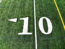Tiro do zangão do campo de Mark On An American Football de 10 jardas fotos de stock
