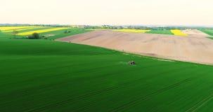 Tiro do zangão do trator moderno que prepara o campo antes de plantar video estoque