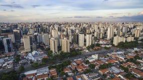 Tiro do zangão em uma cidade grande no mundo, a vizinhança de Itaim Bibi, a cidade de Sao Paulo imagem de stock