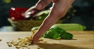Tiro dos ingredientes e das ações na definição 4k ou 6k pela agência dos profissionais de indústrias italianas do alimento, e coz video estoque